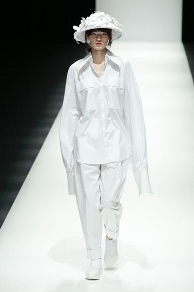 Khoảnh khắc Miki Ehara mở màn với chiếc món lá đính hoa, mặc trên mình chiếc áo sơ mi quá khổ. Cô là người mẫu từng diễn cho Louis Vuitton trong bộ sưu tập Thu Đông 2017 vừa qua