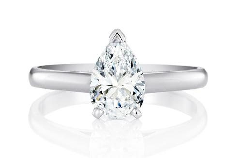 Nhẫn DB Classic đính kim cương 10 carat hình quả lê. Theo trang On, bộ nữ trang của người đẹp họ Phạm có giá hơn 10 triệu HKD (hơn 1,2 triệu USD).