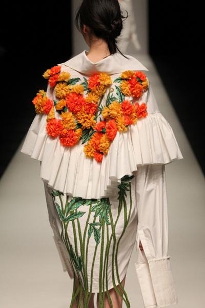 Em Hoa ấn tượng ở những họa tiết hoa thêu, đính 3D phía thân sau.