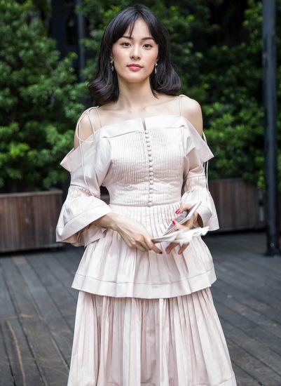 Hạ Vi với bộ váy cách điệu từ những thiết kế sơ mi truyền thống.