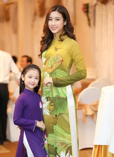 Tiểu mỹ nhân Bảo Ngọc duyên dáng trong mẫu áo dài tím.