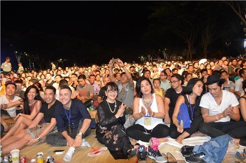 Ca sĩ Trịnh Vĩnh Trinh (áo dài đen) quây quần bên khán giả trong một đêm nhạc Nối vòng tay lớn.