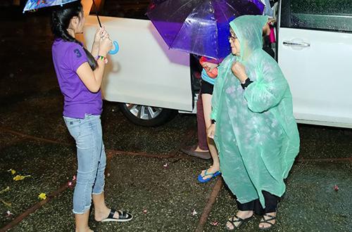 Dù trời mưa tầm tã, gần 3000 khán giả đã có mặt từ trước khi chương trình bắt đầu hơn một giờ đồng hồ. Ban tổ chức cũng đã chuẩn bị áo mưa dự phòng cho toàn bộ người hâm mộ đến tham dự.
