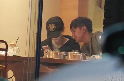 Theo nguồn tin, hai diễn viên đút thức ăn cho nhau trong nhà hàng.
