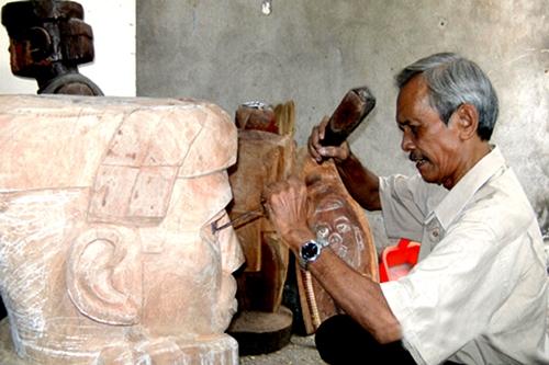Điêu khắc gia Đinh Rú trong một lần chế tác.