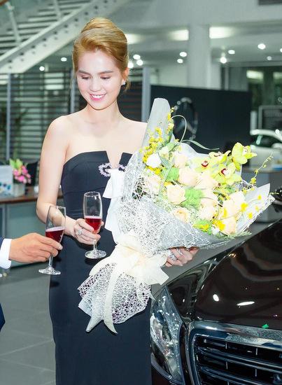 Ngọc Trinh ăn mặc gợi cảm trong ngày nhận xe mới.