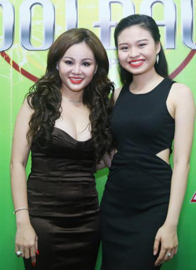 ê Lộc là diễn viên trẻ được chú ý ở sân khấu kịch Hồng Vân. Trước đây, cô ở cùng ba - danh hài Duy Phương nhưng kể từ ngày mẹ về nước, cô sống cùng mẹ.
