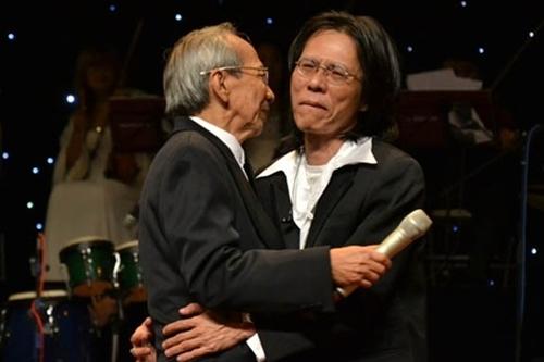 Nhạc sĩ Nguyễn Quang (phải) bên cạnh cha - cố nhạc sĩ Nguyễn Ánh 9.