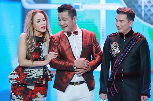 Đôi nghệ sĩ xuất hiện trên sân khấu với phong cách vui nhộn. Trong game show mới, Việt Trinh và Lý Hùng nhận xét chuyên môn diễn xuất cho thí sinh.