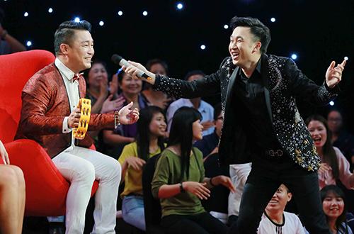 Người đẹp Tây Đô nhận lời thách thức từ MC Hiếu Hiền (trái) khi tham gia trò chơi đoán đồ vật trong hộp.
