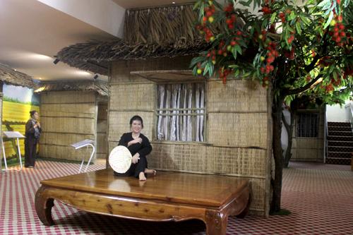 Khu trưng bày còn dựng các tạo cảnh như vườn cây ăn trái, mái tranh, chơi đàn ca tài tử...