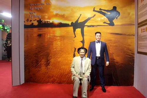 Nhiều bức tượng được đặt gần nhau do mối quan hệ thân thuộc của họ trong cuộc sống lẫn công việc. Trong ảnh là tượng tài tử Lý Hùng (phải) bên cha anh - NSND Lý Huỳnh.