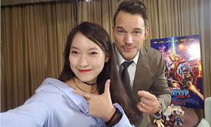Tài tử 'Guardians of the Galaxy Vol.2' pose hình với nữ sinh Việt nói 7 thứ tiếng