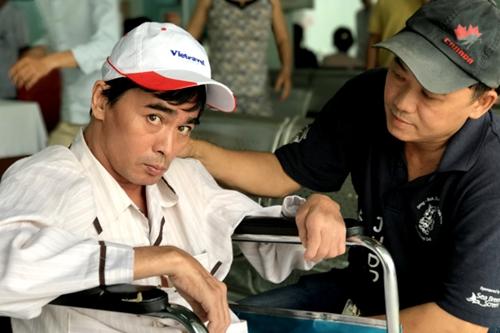 Diễn viên Nguyễn Hoàng (trái) bên người thân. Ảnh: Thiên Chương.