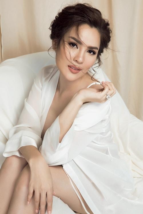 Á hậu Phương Lê mặc đồ ngủ khoe vóc dáng tuổi 38
