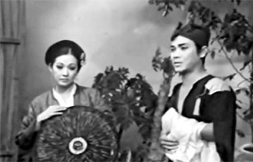 Nghệ sĩ Ưu tú Thanh Sang (phải) bên Nghệ sĩ Ưu tú Thanh Nga trong vở cải lương