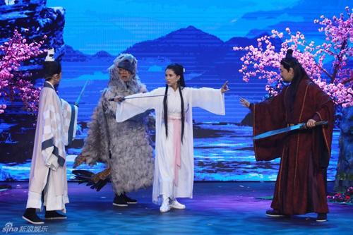 Sự xuất hiện trong tạo hình Tiểu Long Nữ của Nhược Đồng gợi ký ức của nhiều khán giả. Tuy nhiên cũng có không ít người ái ngại vì sau hai thập niên, nữ diễn viên không có sự đột phá trong sự nghiệp.