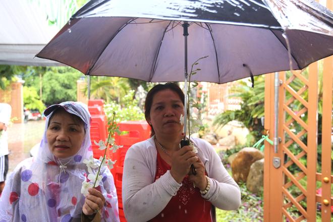 Khán giả đội mưa tiễn biệt nghệ sĩ Thanh Sang