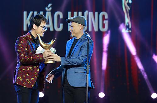 \ Nhạc sĩ Khắc Hưng nhận hai giải: Nhạc sĩ của năm và Nhà sản xuất âm nhạc của năm