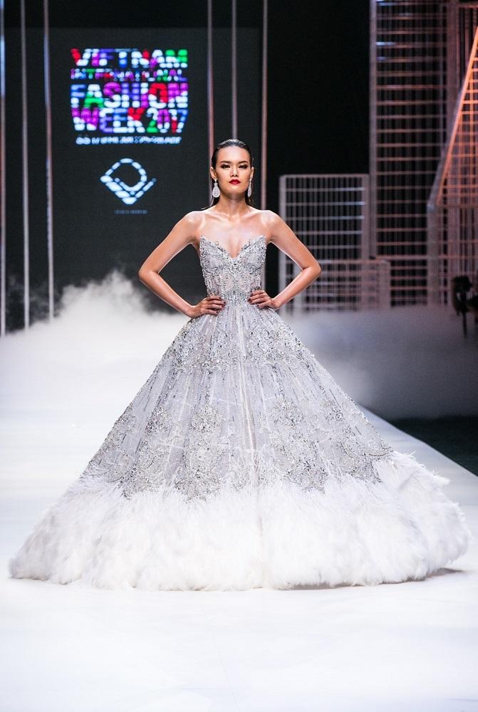 Ngọc Trinh khoe đường cong với váy trong suốt ở show Đỗ Long