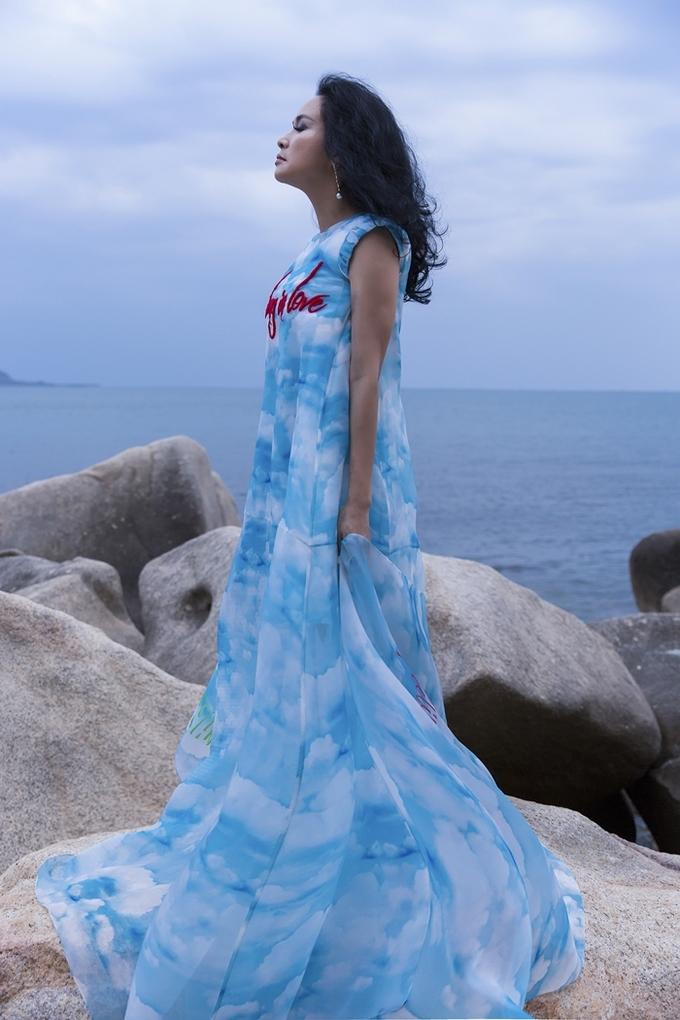 Thanh Lam diện váy voan tạo dáng trước biển