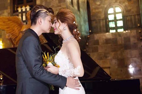 Cô mặc hai bộ soiree trắng lộng lẫy như nàng công chúa trong lâu đài cổ tích, còn ông xã là vị hoàng tử điển trai.