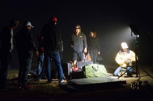 Êkíp thực hiện MV gồm producer: Nguyễn Thiện Khiêm, photo: Nghĩa Bùi, make-up: Tuyết Nhi, trang phục của các nhà thiết kế: Ka, Vĩnh Thụy, Anh Thư.