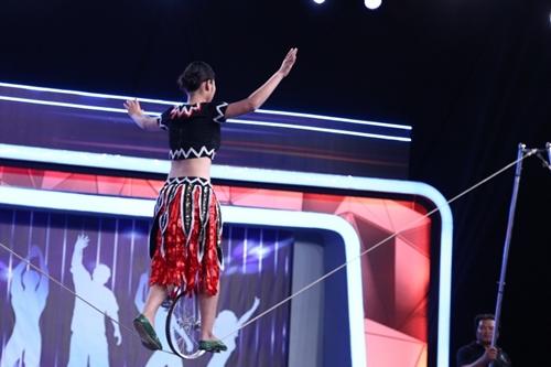 diễn viên xiếc nhỏ tuổi Đinh Thị Hoàng Yến đã gửi đến khán giả truyền hình biểu diễn trên dây chùng.