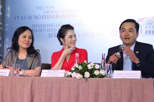 Lý Nhã Kỳ trả lời phỏng vấn cùng ông Bùi Tá Hoàng Vũ - giám đốc Sở Du lịch TP HCM và bà Ngô Phuơng Lan,