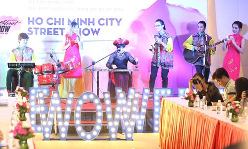 phan-thi-mo-deo-nhan-1-3-ty-ban-trai-tang-di-su-kien-5
