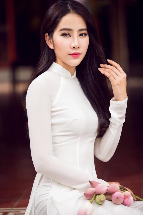 Nam Em nền nã với áo dài trắng