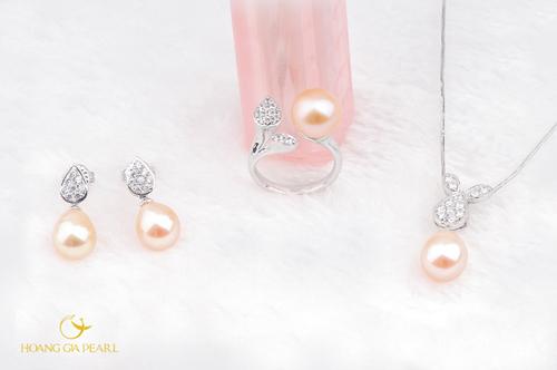 Nét tinh nghịch, trẻ trung trong thiết kế tai thỏ và ánh sắc ngọc trai sắc hồng dâu thời thượng giúp bộ trang sức chinh phục các cô gái trẻ ngay từ cái nhìn đầu tiên.