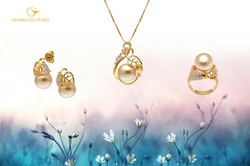 Lấy cảm hứng từ vẻ đẹp giao mùa của thiên nhiên trong ánh nắng ban mai, bộ trang sức được chế tác từ những viên ngọc South Sea ánh vàng kim quý hiếm đặt trong thiết kế tinh xảo.