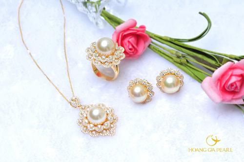 Sắc hoa vàng lộng lẫy, kiêu hãnh cũng được thể hiện trong các tác phẩm trang sức Hoàng Gia Pearl. Từng cánh hoa nhỏ được đính kim cương sáng lấp lánh, phản chiếu ánh sắc xà cừ ngọc trai South Sea vàng kim quý hiếm.