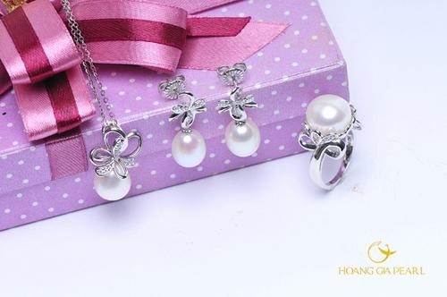 Bên cạnh dòng sản phẩm cao cấp, trang sức thời trang Finifer của Hoàng Gia Pearl cũng mang đến những thiết kế đầy cảm hứng với ngọc trai freshwater trong cách chế tác tinh xảo, bắt mắt.