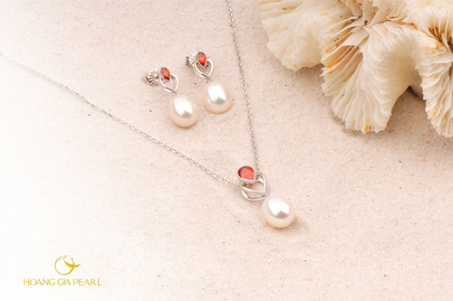 Đá đỏ, ngọc trai trắng cùng những trái tim đan vào nhau tạo nên vũ điệu vui tươi nhưng đầy dịu dàng cho ngày mới.