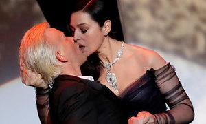 'Bom sex' Monica Bellucci hôn MC trên sân khấu mở màn LHP Cannes