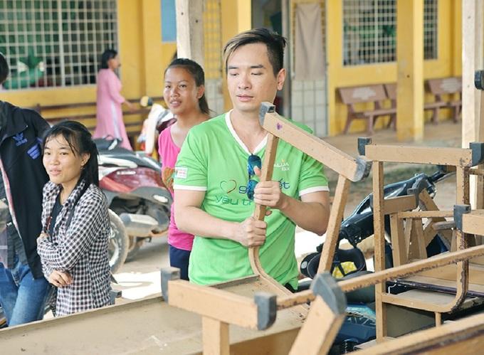 Phương Thanh, Anh Vũ trao quà cho trẻ em nghèo