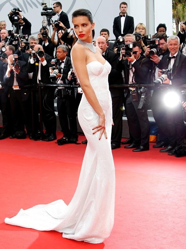 Dàn chân dài khoe ngực trên thảm đỏ Cannes