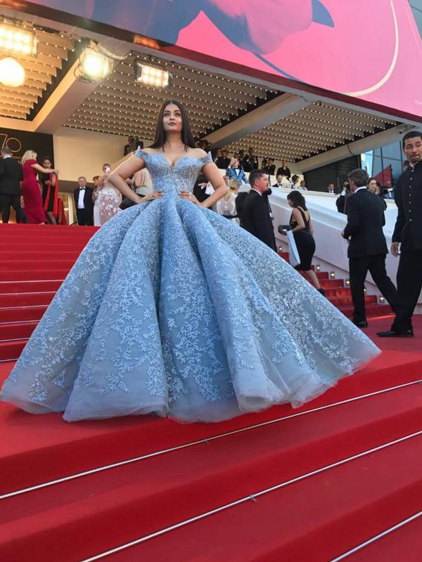 'Hoa hậu đẹp nhất thế giới' khoe ngực tại Cannes