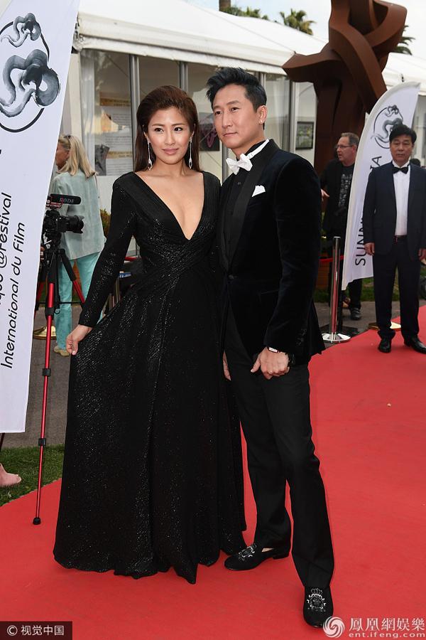 Sao võ thuật Hồng Kim Bảo sánh đôi vợ ở Cannes