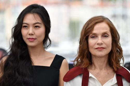 Kim Min Hee bên diễn viên Isabelle Huppert.