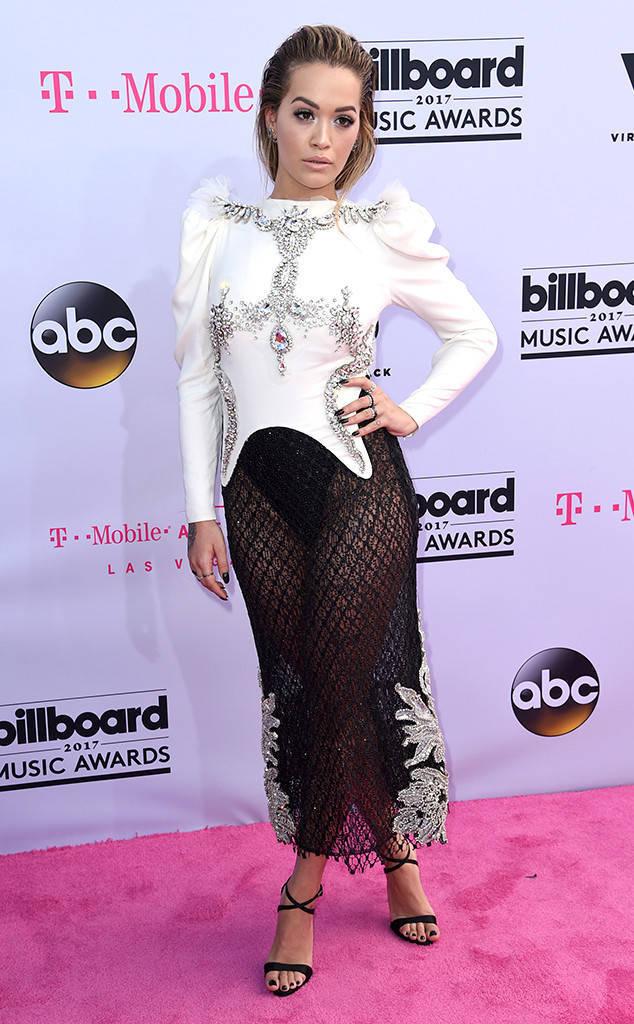 Em gái Miley Cyrus mặc nội y lưới lên thảm đỏ