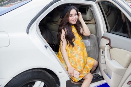 Vy Oanh mặc áo phom rộng che bụng bầu 8 tháng khi đi sự kiện.