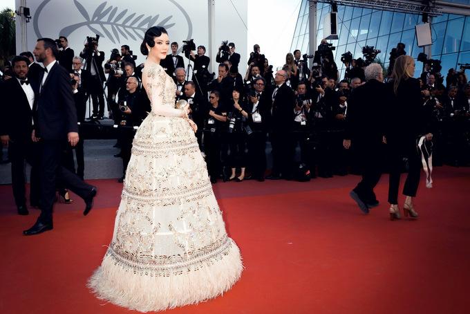 Lý Nhã Kỳ diện váy quả chuông trên thảm đỏ Cannes