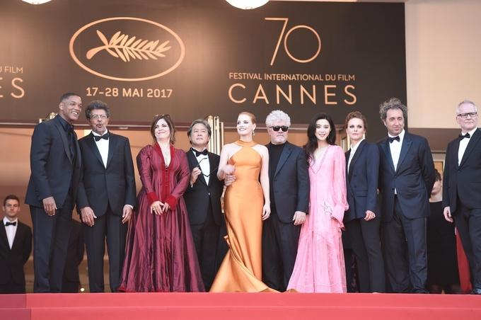 Thư Kỳ khoe lưng trần, Băng Băng diện áo xẻ ngực ở Cannes