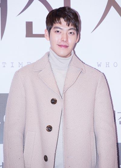 Hiện Kim Woo Bin tạm dừng hoạt động giải trí để tập trung điều trị. Công ty quản lý cho biết anh có nhiều hy vọng vì phát hiện bệnh sớm. Shin Min Ah - bạn gái của nam diễn viên - ở bên động viên, giúp đỡ anh.