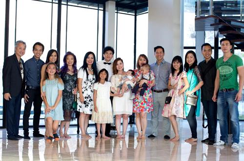 Đông đảo gia đình và bạn bè thân thiết với vợ chồng Đan Trường đã có mặt trong ngày bé Thiên Từ làm lễ rửa tội.