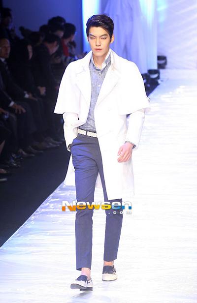Kim Woo Bin trở thành người mẫu chuyên nghiệp từ năm 2008. Anh nhanh chóng trở thành người mẫu nổi tiếng nhờ phong cách mạnh mẽ, luôn biết cách làm chủ sàn catwalk.