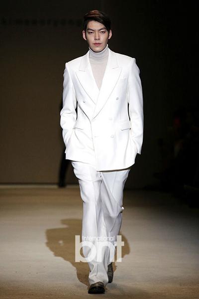 Woo Bin từng trình diễn tại nhiều sự kiện lớn của Hàn Quốc như Tuần thời trang Seoul, Triển lãm thời trang Busan...